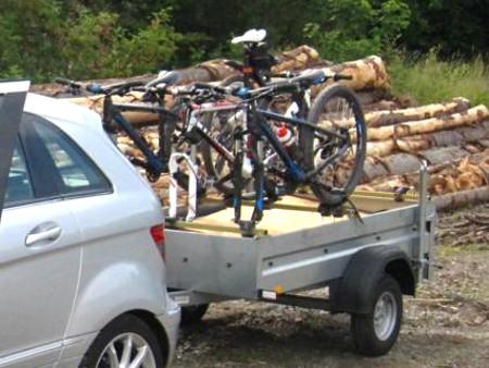 Fahrrad transportieren auf dem Anhänger