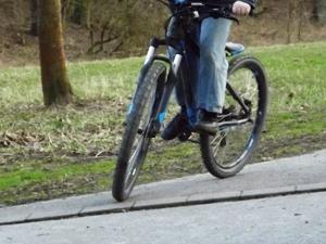 Abgesenkte Bordsteine freundlich für Fahrradfahrer